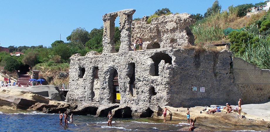 Il Borgo di Marechiaro a Napoli con il Palazzo degli Spiriti