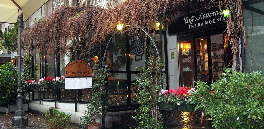Литературное кафе Intra Moenia на площади Беллини в Неаполе