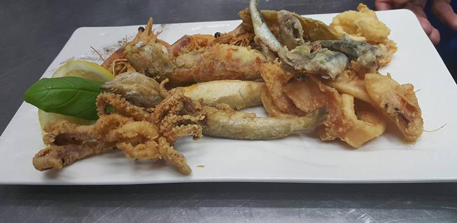 Жареная рыба в ресторане Casa Tua в Домском соборе в Неаполе