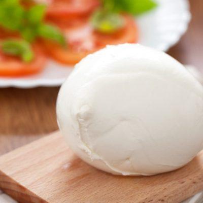 La mozzarella di bufala campana: tipologie, dove comprarla e come conservarla