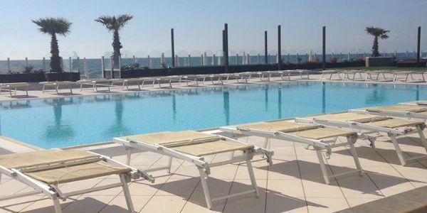 La piscina del complesso Kanathe