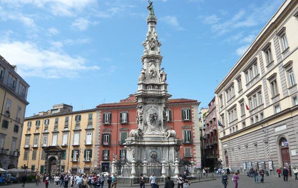 http://www.napolike.it/wp-content/uploads/2013/07/Piazza-del-Gesù-Nuovo-di-Napoli.jpg