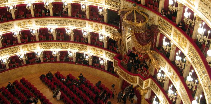 Panoramica del Teatro San carlo di Napoli prima del Concerto