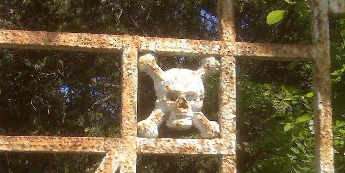 Frontale del cancello di ingresso al Cimitero dei Colerosi di Barra a NAPOLI