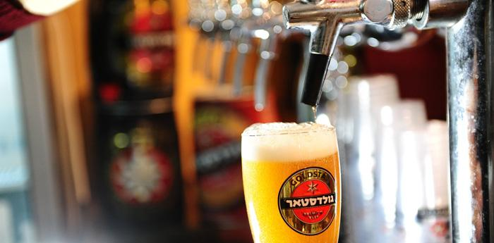Birra spillata da una birreria durante l'Oktober Fest