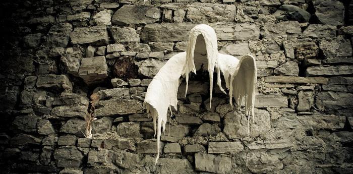 Un fantasma che fuoriesce dal muro di un castello