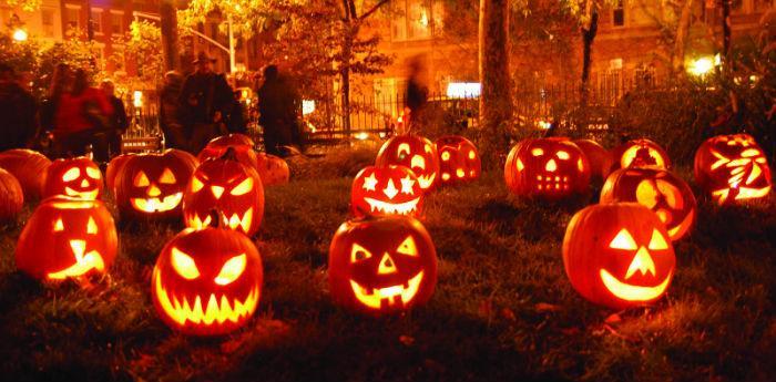 Lanterne di zucca tagliate appositamente per la festa di halloween a napoli e disposte su un prato per crearne un'ambientazione horror