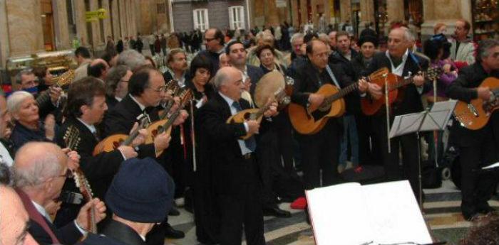 La lunga fila dei posteggiatori, mandolini e tammorre a Napoli