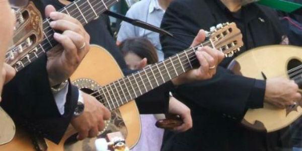 Mandolini chitarre e tammorre al centro storico di Napoli