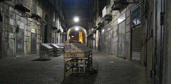 Foto notturna di port'alba con vista sugli ingressi della libreria Guida