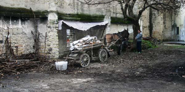 Un carretto di scena sul set del film su Giacomo Leopardi girato a Napoli