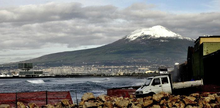 Freddo Napoli e neve sul Vesuvio
