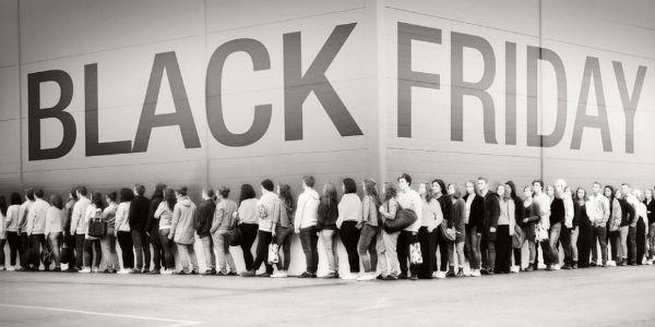 Fila di persone in coda per il Black Friday a Sorrento
