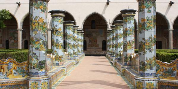 il chiostro maiolicato del monastero di santa chiara a napoli