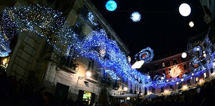 installazione di luci d'artista nella strada di san gregorio armeno di napoli
