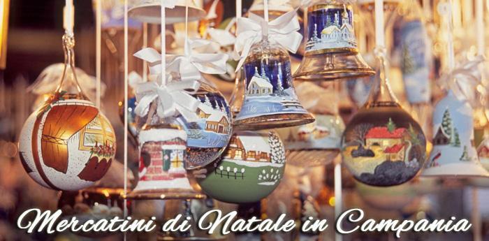 Una foto che raffigura delle decorazioni natalizie vendute nei Mercatini
