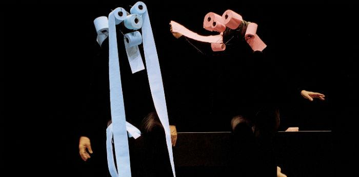 Scena dello spettacolo Mummenschanz al Teatro Bellini di Napoli