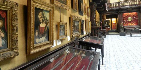 Interno del Museo Filangieri di Napoli con opere esposte
