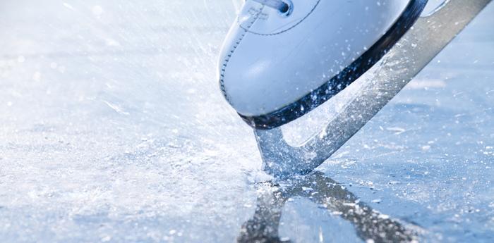 Foto che ritrae un pattino che pattina sul ghiaccio
