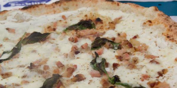 Pizza ciccioli e ricotta di Sorbillo a Napoli