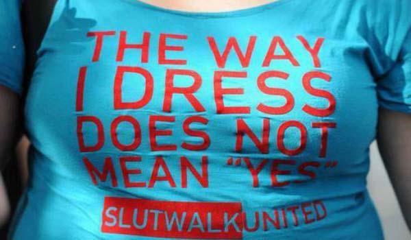 la maglia di una donna che manifesta contro la violenza sulle donne