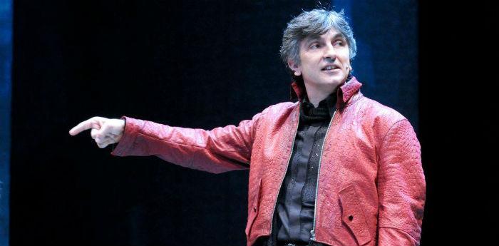 Scena dello spettacolo di Vincenzo Salemme Il diavolo custode al Teatro Diana di Napoli