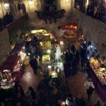Mercatini natalizi allestiti all'interno del castello