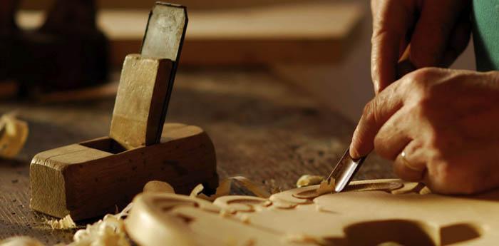 un artigiano lavora alla sua opera fatta a mano