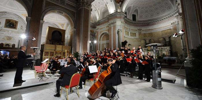 un concerto all'interno della Basilica San Giovanni Maggiore di napoli