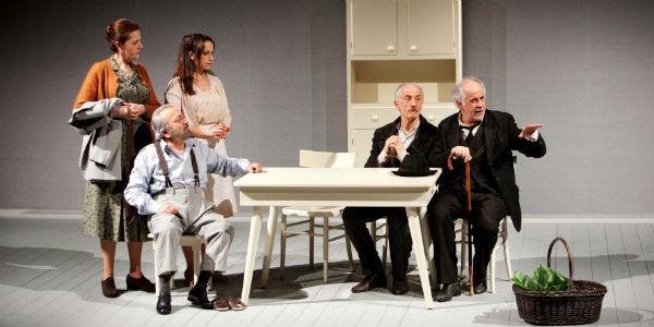 Scena dello spettacolo Le voci di dentro con Toni e Peppe Servillo al teatro San Ferdinando di Napoli