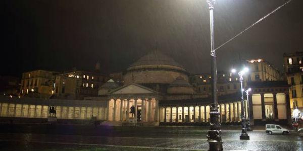 Foto di piazza del Plebiscito a Napoli al buio