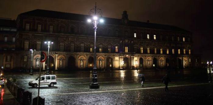 Foto di Piazza del Plebiscito a Napoli al buio a Natale