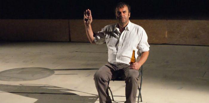 Pippo Delbono nel suo spettacolo Racconti di giugno al Piccolo Bellini di Napoli