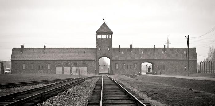 خارج معسكر اعتقال أوشفيتز في بولندا