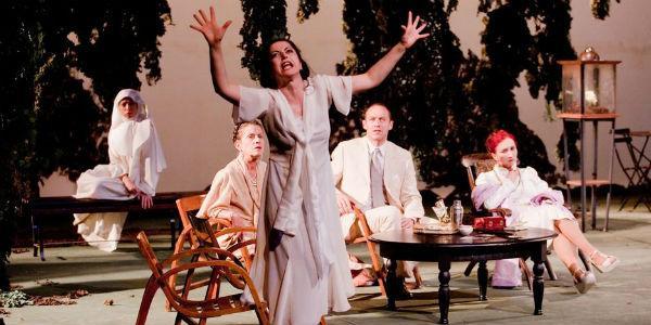 Scena dello spettacolo improvvisamente l'estate scorsa al Teatro Bellini di Napoli