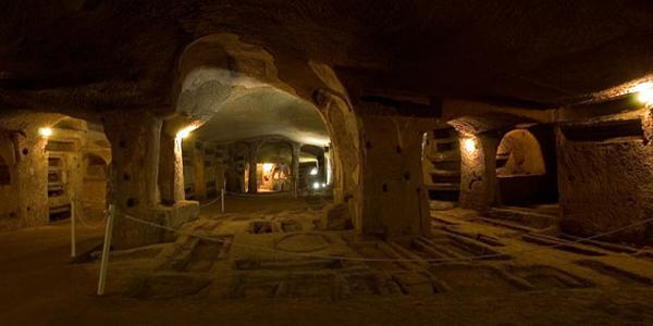 interno delle catacombe di san gennaro di napoli