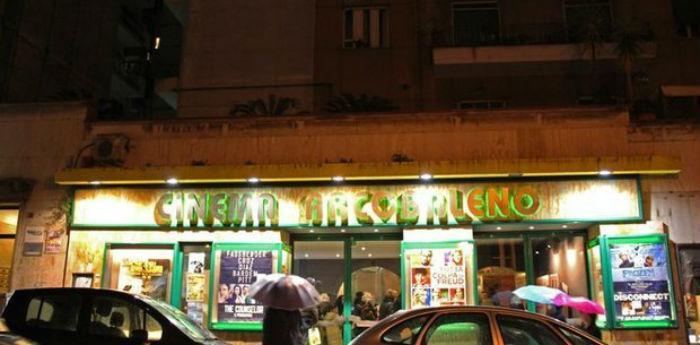 Insegna del cinema Arcobaleno nel quartiere Vomero