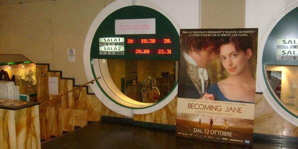 Interno del Cinema Arcobaleno di Napoli
