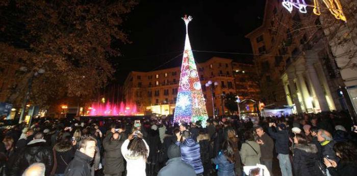 Fotos von tanzenden Springbrunnen auf der Piazza Vanvitelli al Vomero