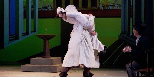 Scena dello spettacolo La bisbetica domata al teatro Mercadante di Napoli