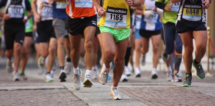 atleti disputano la maratona