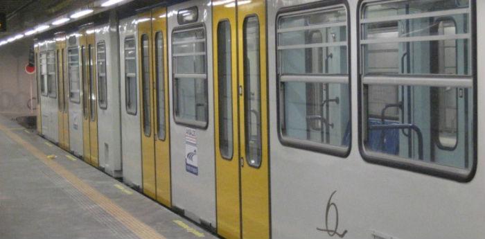 Foto di un treno della metropolitana di Napoli linea 6