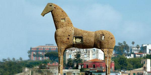 Foto del Museo Madre di Napoli con il cavallo di Mimmo Paladino
