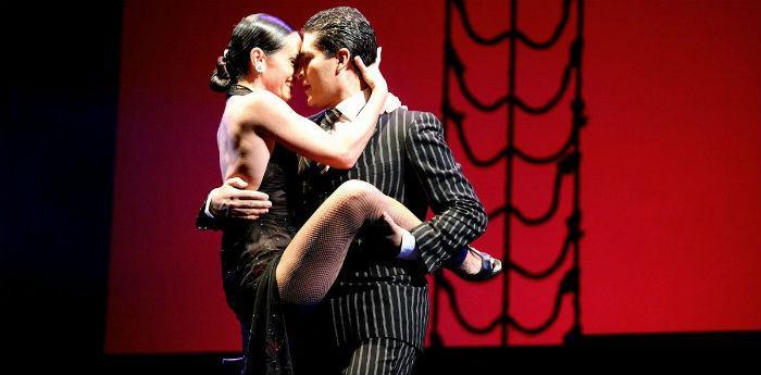 إيريكا بوغليو وأدريان أراغون في المعرض Pasiones Tango y Musical في مسرح Augusteo في نابولي
