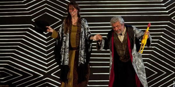 Una scena dello spettacolo Sik Sik, l'artefice magico al Teatro Nuovo di Napoli