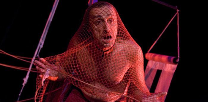 antonio rezza durante una scena dello spettacolo 7-14-21-28