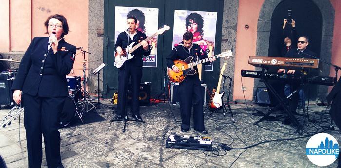 La band Flagship si esibisce fuori al Pan per l'inaugurazione della mostra Rock