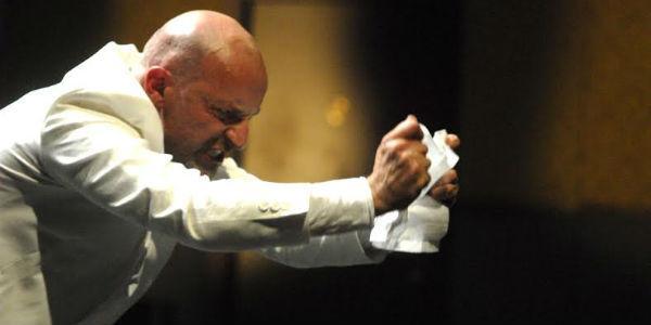 Scena di Arlecchino nello spettacolo di Latella Il servitore di due padroni al Teatro Bellini di Napoli