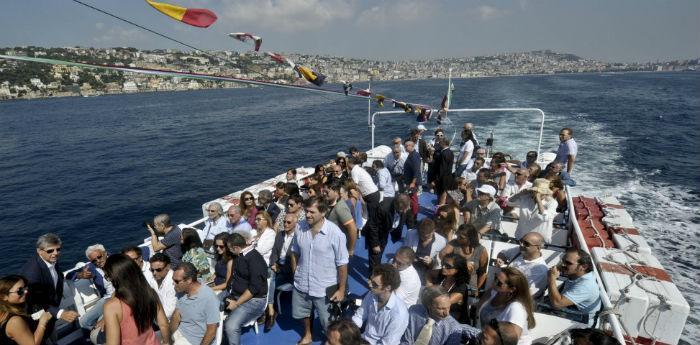 Foto del tour in bateau mouche del golfo di Napoli che torna per l'estate 2014