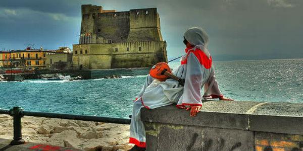 Paesaggio di Castel dell'Ovo a Napoli con Pulcinella per Carnevale 2014